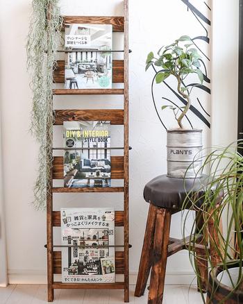 おしゃれなカフェのようなマガジンラックはスペースも取らずちょっとした隙間や壁が寂しいなといった時にもインテリアとして活躍しますね。読みかけの雑誌や参考にしている料理のレシピ本などさっと取り出したいときにも便利です。