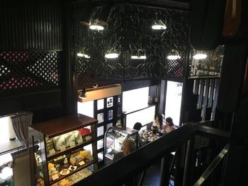 2階席の吹き抜けから1階が見渡せます。お店の中は、外の喧噪から離れてとっても静か。壁や柱などの装飾をゆっくり眺めながら、昭和に想いを馳せてみては?
