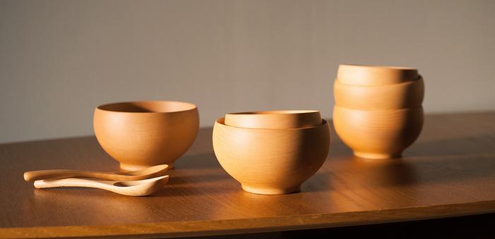 食卓をほっと和ませてくれるような木製のシンプルなお椀は、老若男女問わずに好まれるフォルム。ぽてっとした丸みのあるデザインは、両の掌ですっぽり覆いたくなる安心感。