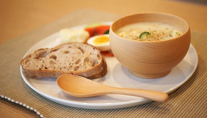 和風のお料理のみならず、スープやポトフなど洋風のお料理にも不思議とマッチ。北欧デザインや北欧食器がお好きな方にも人気のおしゃれな木のお椀です。