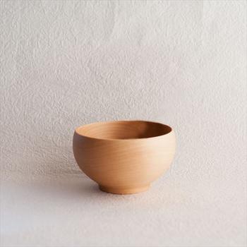 1998年にグッドデザイン賞を受賞し、発売以来ロングセラー商品として人気な薗部産業のめいぼく椀。1点1点国産の天然木を職さんがろくろでひいた、きれいな丸みを帯びた木製のお椀です。