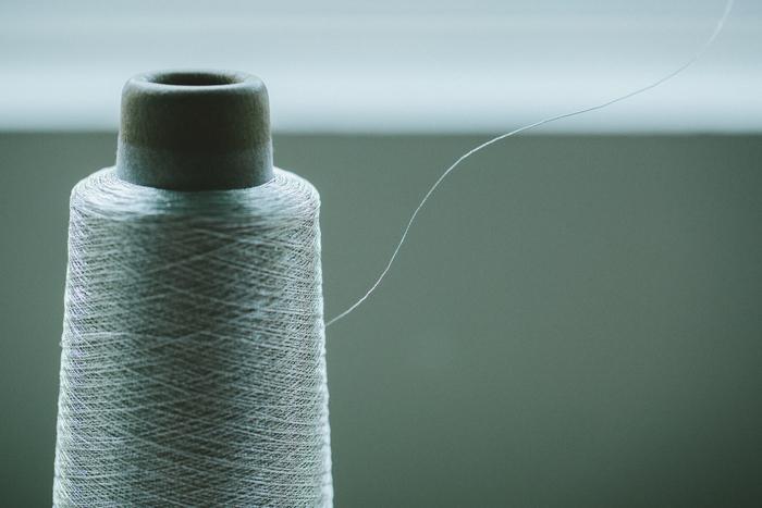 髪の毛のような極細の糸を編み込んで作られる。金属の糸をはじめ、アレルギーの人も着けられるようポリエステルのものも