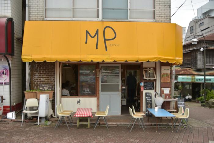 三崎銀座商店街でパッと目を引く黄色い看板とMPの文字。こちらが「ミサキプレッソ」です。