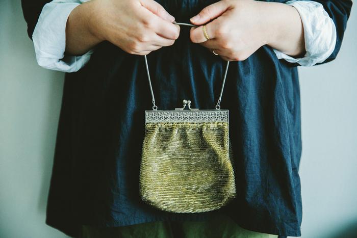 木村さんのお母さまが作ったという、ビーズ編みのバック。「当時はもっとキラキラしていて憧れでした」というバックは、いまや立派なアンティークの風格。木村さんと一緒に時を重ね、深みのある飴色に