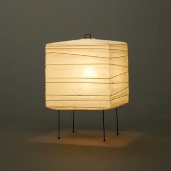 世界的にも有名なイサム・ノグチのデザイン性の高い灯りです。こうぞ和紙と竹ひごを素材に、岐阜提灯の伝統的な技法で作られています。和室にも洋室にも使える穏やかな光の彫刻です。(14,040円)