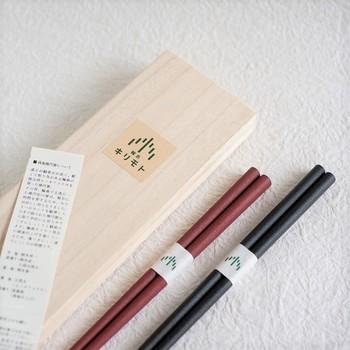 結婚祝いとしても人気が高い夫婦箸。シンプルな美しさのある漆塗りのお箸です。金沢県産のヒノキアスナロを使ったマットな質感で持ちやすく、手によく馴染みます。(12,528円)