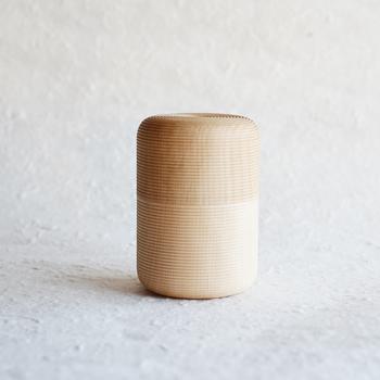 我戸幹男商店の「Karmi(かるみ)」は、高い密閉性で茶葉の美味しさを保つ特別な茶筒。450年続く山中漆器の技術と、デザイナーさんの新たな感性によって生まれました。