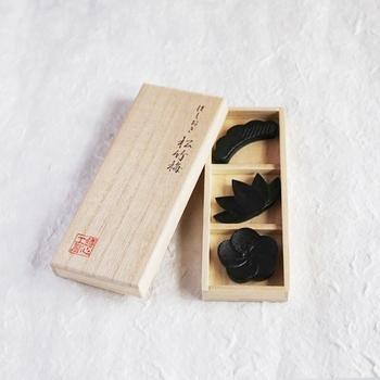 松竹梅というおめでたいモチーフを使った箸置きのセットです。重厚感のある大人っぽい箸置きがあれば、いつもの和食もワンランク上のお食事に変身です。(3,240円)