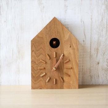 しっかりとしたクルミ材を使ったベーシックな鳩時計は、木目の美しさを楽しめる逸品です。ちいさな鳩が飛び出して、時を告げる様子を眺めていると、気持ちがほっこりと温まります。(35,640円)