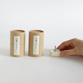 創業100年の滋賀県の和ろうそくのブランド大與(だいよ)。 お米のろうそくと燭台が箱入りになったギフトセット。