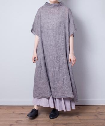 「nest Robe(ネストローブ)」のワンピースは、前開きタイプには珍しい前後どちらを前にしても着られる2way仕様。落ち着いたグレーカラーと、立ち上がった首元のデザインが特徴となっています。中にワンピースやスカートを重ねても、大人っぽい着こなしが可能です。