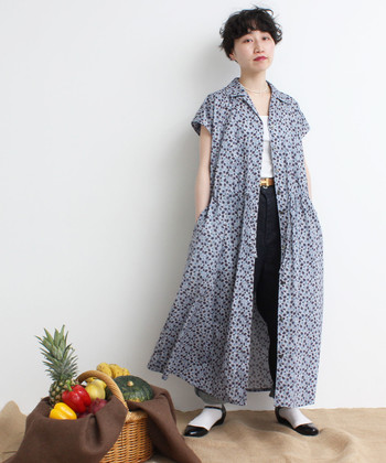 前のボタンを開けると、Aラインに広がる裾が女性らしい印象を与えてくれます。爽やかなプリントのワンピースに、あえてボーイッシュコーデをあわせたクールなスタイリングです。
