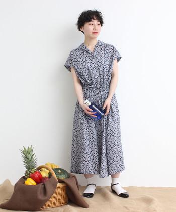 """「CHILD WOMAN(チャイルドウーマン)」の春夏プリント""""Bramble Blossom(ブランブル ブロッサム)""""を用いたシャツワンピース。涼しげな袖の長さや襟の開き方が特徴で、一枚でさらりと着れば夏のリラックススタイルが即仕上がります。"""