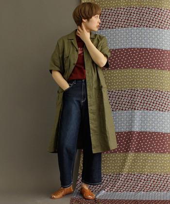 ロゴTシャツにデニムパンツを合わせた、アメリカンなボーイズスタイルに、シャツワンピースを羽織としてプラス。夏の暑い季節にはもちろん、涼しくなっても使えるカーキカラーは長く活用できる点も魅力のひとつです。
