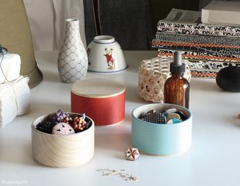 重ねて使える漆器。料理にももちろん使えますが、机の上に置けば小物入れとして便利に活用できます。伝統技術を使いながらも自由なデザインで器を作る漆器店が手掛けた配色は、机の上を華やかにしてくれます。