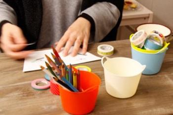 やわらか素材が魅力的なtubtrugs(タブトラッグス)のバケツを、そのまま小さくしたキュートな小物入れ。ペンや鉛筆をさしたり、マステを収納したりと、色々な使い方ができます。すぐ使うものをサッと出し入れできるデザインで、収納力も使い勝手もバツグン。プチプラでカラバリも豊富です。