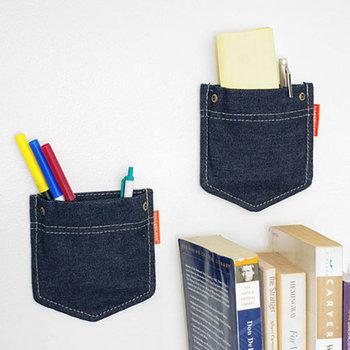 あまり机の上に物を置きたくない時は、壁にポケットが作れる、アイデア収納はいかがでしょうか。机の前の壁や、仕切りに置いたブックスタンドなどに張り付ければ、どこにでもポケットができちゃうスグレモノです。 デニムパンツのポケットを思わせるかわいいデザインで、取り付けもカンタン。ペンや定規など、サッと使いたいものを入れておけばとっても便利です。