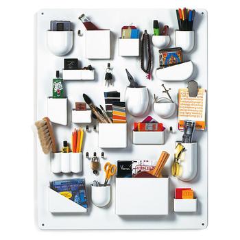 散らかりがちな文房具にこそ、使ったら戻す「おうち」を作ってあげるのがベスト。そんな文房具のおうちには、ウォールポケットをさらに進化させたような収納が最適です。  色々な形のポケットがたっぷりついているので、家やオフィスにあるほとんどの文房具を収納することができます。デスクの前に貼っておけば、使いたい時にすぐに使えて、終わったら元に戻すだけ。まるで1枚の絵のようになるので、インテリアとしても活用できますよ。