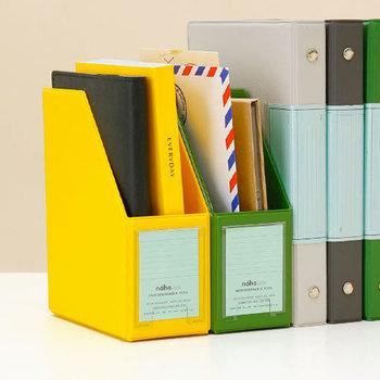 出しっぱなしになったり、必要な時に取り出せなかったりというのが、手紙や封筒。そんな封筒サイズの紙類は、程よい大きさのデスクオーガナイザーでスッキリ整理しましょう。ポストカードや写真などにもちょうどいいので、小さめの紙類はすべてこの中へ。ジャンルによって色を変えておけば、処理もラクラクです。色もカラフルなので、机も華やかにしてくれますよ。