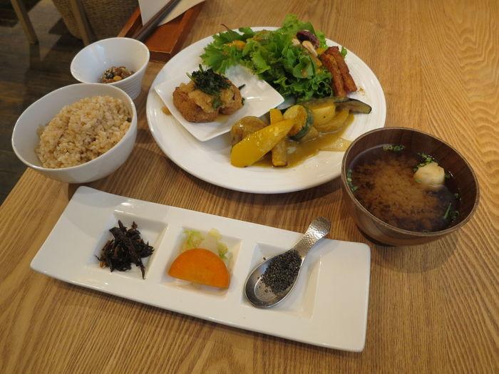 美味しいもの、体に優しいものを少しずつ。こちらは厚揚げ豆腐、塩麹とオリーブオイルのバーニャカウダ、グリーンとナッツのサラダ、テンペ(インドネシアの伝統的な発酵食)など、たくさんの食材が楽しめる「たまな定食」です。
