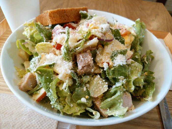 お肉、フルーツ、お野菜が一度に楽しめるジンジャーチキンとりんごのサラダ。レモンの酸味がさっぱりと爽やかなドレッシングで、どんどん食べ進められちゃいます。