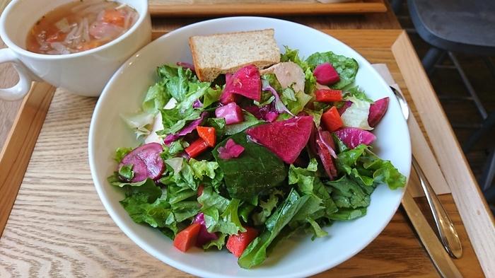 見た目も美しい旬野菜ピクルスと蒸し鶏のサラダ。色とりどりのサラダとあったかいスープにたくさん元気をもらえそうですね。
