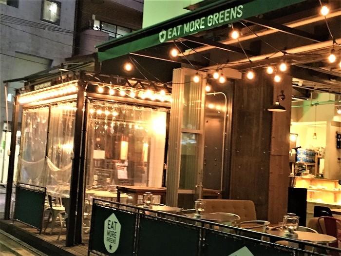 麻布十番駅から徒歩2~3分の場所にあるベジタブルカフェ&ダイニング「eat more greens」は、おしゃれな雰囲気が漂うお店。ナチュラル素材をテーマにした料理はヘルシーで美味しいと評判です。テラス席はペットもOKなので、愛犬家さんにもおすすめ。