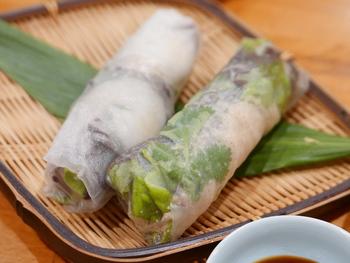 ベトナム料理の代表的なメニューの生春巻は、一般的なエビのものだけでなく、豚皮入りのものも。本場の味が日本で食べられるのは嬉しいですね。