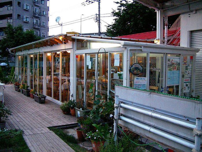 西台駅から約10分、高架脇の住宅地の中に、野菜とハーブの農園が見えたらそこが「ハーブ&おいしい野菜塾レストラン」です。