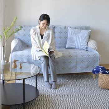 スウェーデンの「KLIPPAN(クリッパン)」より、オーガニックコットンを100%使用したブランケット。クロス模様が施された北欧らしいデザインが、お部屋に彩りを添えてくれます。淡いブルーとグレーのカラーは、リビングに涼しげな雰囲気をもたらします。
