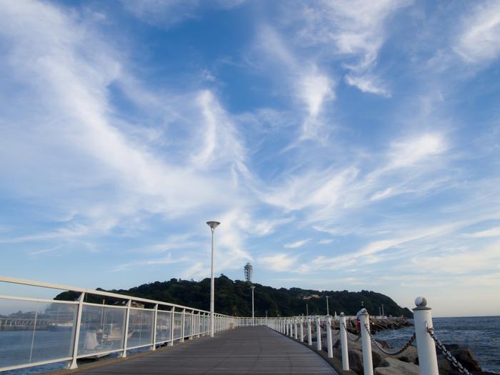レジャースポットが多くファミリーにも人気のある、日本屈指の観光地「江ノ島」。江ノ島駅を降りて、橋を渡った先ある灯台の見える島が江ノ島です。