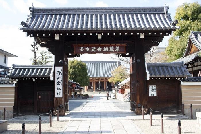 八木邸からほど近い場所にあるのが「壬生寺」です。壬生寺に訪れたら、有料ではありますが壬生塚へ行くことをおすすめします。この壬生塚には八木邸で暗殺された芹沢鴨と平山五郎の墓、法度を破ったことで切腹した(所説あり)河合耆三郎の墓があります。また、その他にも新選組局長である近藤勇像なども見どころのひとつとなっています。
