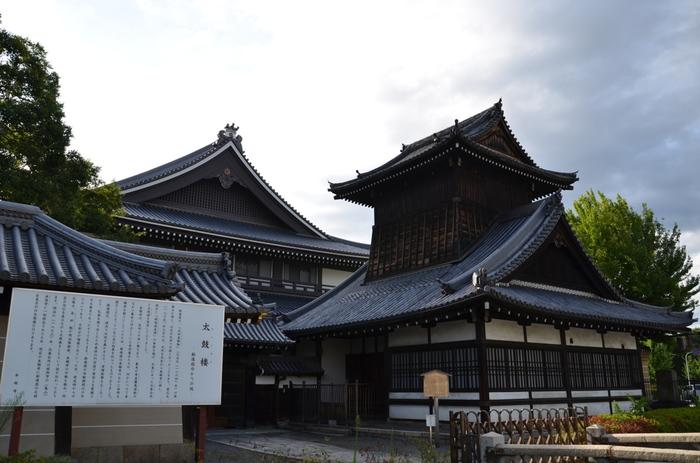 新選組の第2の屯所が「西本願寺」です。八木邸や旧前川邸では手狭になったため、西本願寺に移りました。ですが、この場所で切腹や拷問も行なっていたことから、寺からは厄介者として扱われていたのです。 新選組が屯所として使っていた場所として現在も残されているのが、太鼓楼です。西本願寺を訪れた際は、この太鼓楼をお見逃しなく!