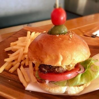 こちらはハンバーガー。ピクルスが刺さっている可愛らしい見た目で、SNS映え間違いなしです。もちろん味も最高。お腹を空かせて行きたいカフェです。