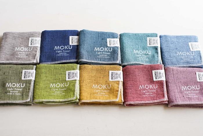 毎日持つハンカチは、好きなカラーを持ちたいですよね。そんな時におすすめなのがカラフルなカラー展開が愉しい「MOKU(モク)」シリーズ。吸水性&速乾性に優れ、柔らかな綿100%なのもうれしいポイント。