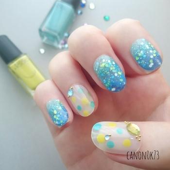 親指と薬指はアートで、それ以外は大粒のラメで水玉模様を表現。ラインストーンを数個乗せることで、グッと立体感も出てきます。色使いもこれからの季節もぴったり!