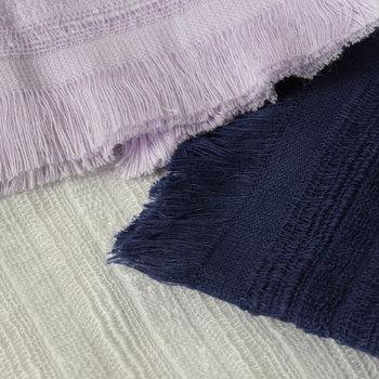 希少なスーピマのオーガニックコットンとスラブ糸を組み合わせて織り込んだハンカチ。高級感がありながらも、薄手で実用的なのも魅力の一つ。使用頻度が高くても、すぐに乾くのが嬉しいですね。