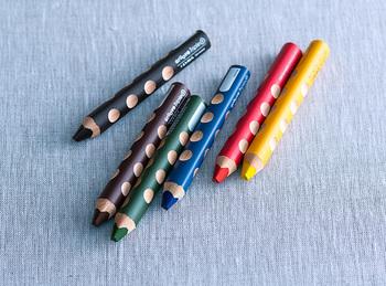 鉛筆づくりのマイスターとも呼ばれ、200年の歴史を持つLYRA(リラ)社の色鉛筆「グルーヴ トリプルワン」。ぽってりと太めのボディは握りやすく、人間工学に基づいた凹みによってすべての人が使いやすいよう設計されているんです。