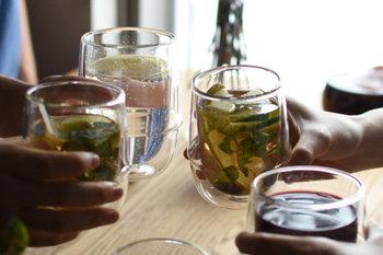 冷たい飲み物が美味しい季節。ついついがぶ飲みしてしまっていませんか?冷たいものは、体の内側から冷やしてしまいます。冷たいものが入った胃が元の体温に戻るまでには、想像以上に時間がかかってしまうんですよ。