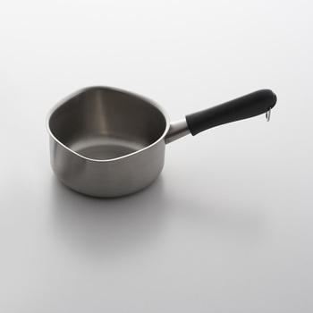 シンプルで使いやすい、柳宗理がデザインしたミルクパン。注ぎ口がお鍋の左右に作られているユニバーサルデザインです。