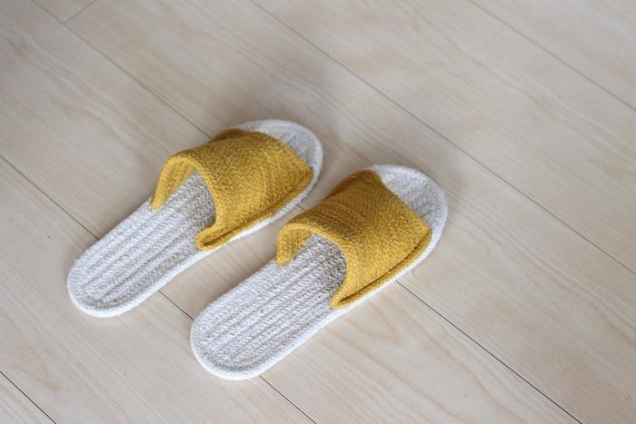 「インド綿ルームサンダル」は、素足で履いて気持ちのいい、夏にぴったりのスリッパです。インドの職人が組み紐を縫い合わせて、ひとつひとつ手作業で作り上げています。前あきタイプ、鼻緒タイプがあります。