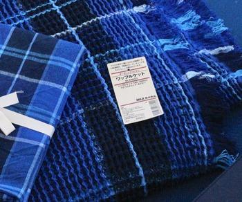 """汗ばむ季節のお昼寝や就寝におすすめの「オーガニックコットンワッフルケット」は、ワッフル生地がさらりと気持ちいいアイテムです。こちらは昨年のもので、今年は""""オフホワイト×ブルー""""で爽やか配色になっていますよ♪寝苦しい夏も快適です。"""