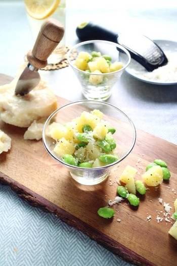 枝豆とゆでたじゃがいもをチーズ、オリーブオイル、黒胡椒で和えたおしゃれなおつまみ。ワインやハイボールなどとも相性抜群!