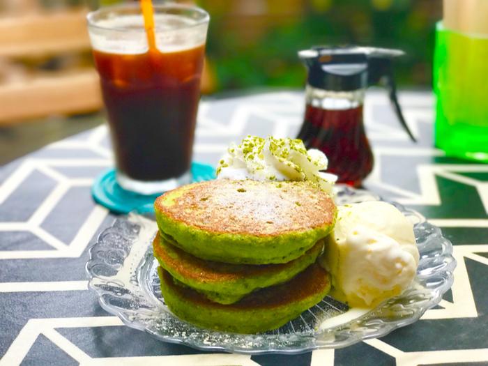 定番パンケーキの他に、鮮やかなグリーンが目にも楽しい「抹茶パンケーキ」も人気です。お友だちと一緒に行って、ちょっとずつシェアするのもよさそう♪