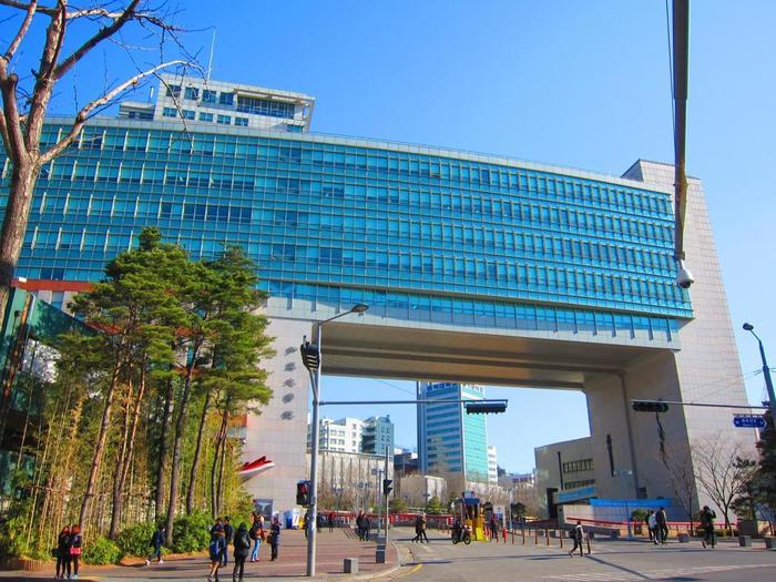 「ホンデ」には韓国を代表するデザイナーを多く輩出している美大、弘益(ホンイク)大学があり、そのため、流行に対して感度の高い若者たちが集まってきます。大通りから路地裏まで多くのショップが立ち並び、学生街として、そしてアート・カルチャーの発信拠点として、昼夜を問わず賑わうエリアなんです。(写真は弘益大学) 「韓国料理」や「プチプラファッション」を目的に観光するのも良いですが、そんなホンデならではの魅力に出会えるようなスポットをセレクトしてみました。ぜひソウルを訪れたら、参考にしてみてくださいね。