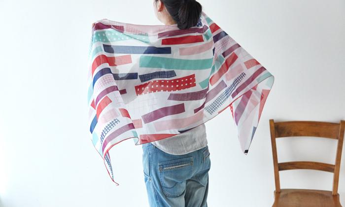 大判のスカーフやストールは、季節を問わずバッグに忍ばせておくと便利なアイテム。冷房の効いた部屋でさっと羽織ったり、日よけにしたり...そんな日々のよくある一コマで、素敵なテキスタイルが目に入ってくると嬉しいですよね。