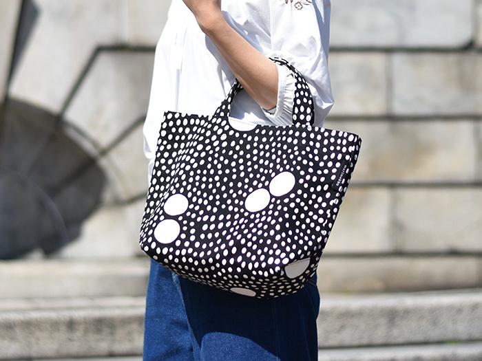 白シャツにジーンズのようなごくシンプルなスタイルがお好きなら、バッグをアクセントにするのは賢いやり方。大小の水玉模様がリズミカルなマリメッコのテキスタイル。モノトーンだけど表情豊かで、明るく軽快なムードにしてくれます。