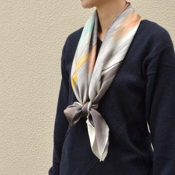 アートな雰囲気のものは、洋服だと少し難しさを感じてしまうこともあるけれど、スカーフなら取り入れやすい。モノトーンスタイルにプラスして、シックに着こなしてみてはいかがでしょう?