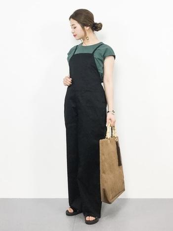 ショルダーストラップが華奢なオールインワンは、体のラインを美しく見せるタイト目のトップスと相性抜群。ラフに着ても大人な印象を叶える優秀な一枚です。