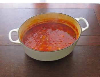 【レンズ豆のベジ・スープ】 トマト缶ベースのスープに刻んだドライトマトも入れた、トマト尽くしのスープです。ドライトマトはトマト缶よりも先に入れて、だしを効かせるのがコツ♪